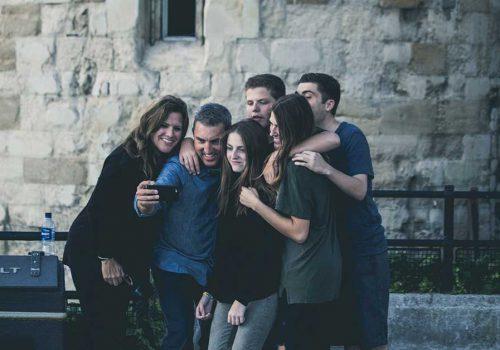 Famille prenant un selfie
