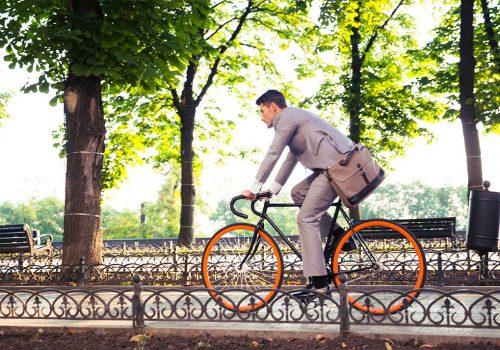 Zakenman op de fiets
