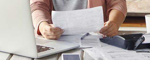 Lener die verschillende kredietaanbiedingen vergelijkt