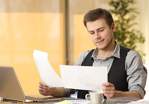 Emprunteur comparant plusieurs offres de crédit
