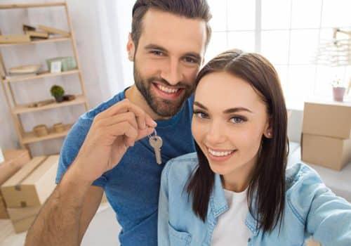 Jeune couple rénovant son salon