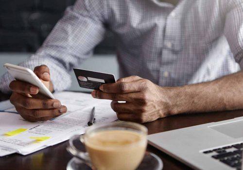 Utilisateur avec smartphone et carte d'identité