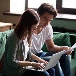 Jeune couple voulant regrouper ses crédits