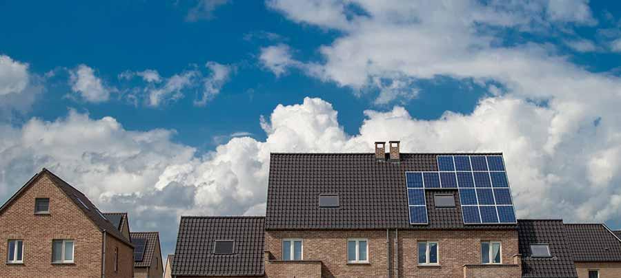 Panneaux solaires sur toit d'une maison