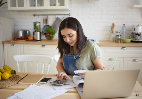Jeune femme faisant rigoureusement son budget