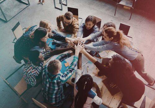 groupe de personne collaborent pour financer prêt personnel