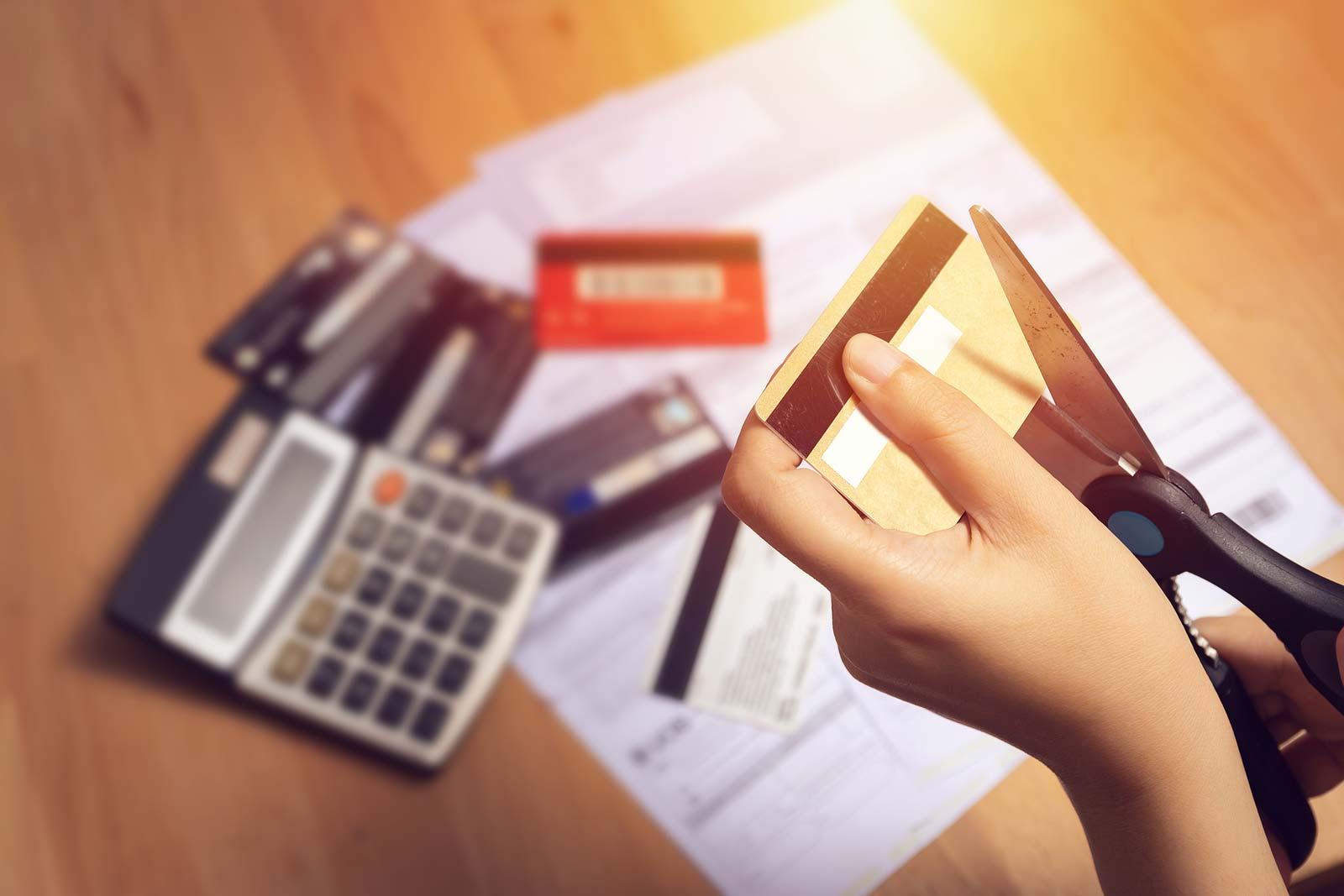 Se libérer de sa carte de crédit, couper sa carte en deux