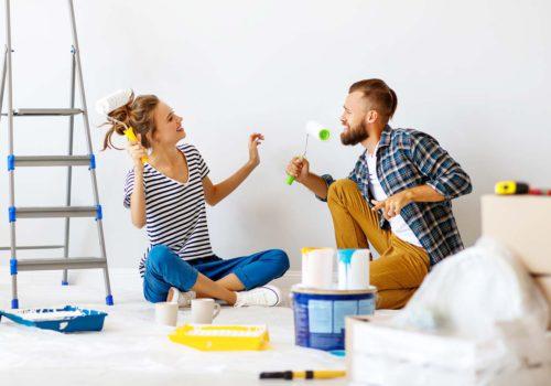 Couple qui achète et rénove une maison