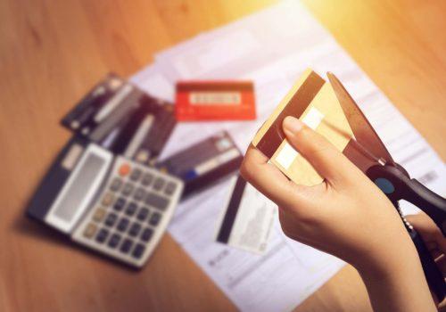 Hoe ontdoet u zich van uw creditcard of kredietopening?