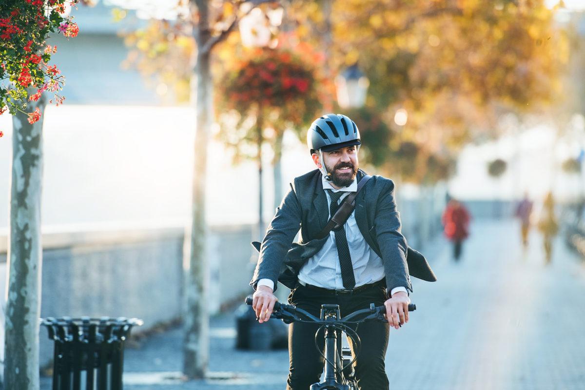 Zakenman op elektrische fiets