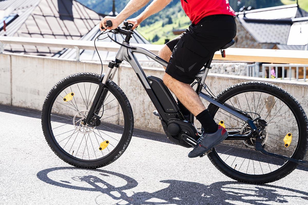 Sportif sur un vélo électrique