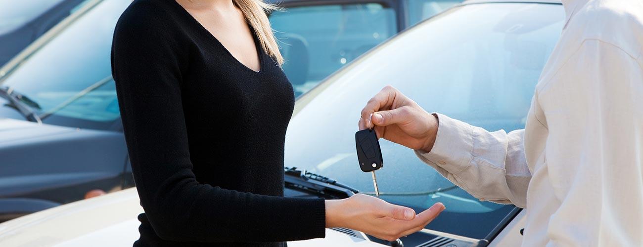 Conductrice recevant les clefs d'un véhicule pour effectuer un essai routier