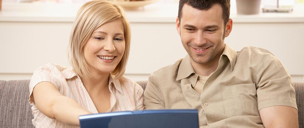 Couple utilisant leur ordinateur