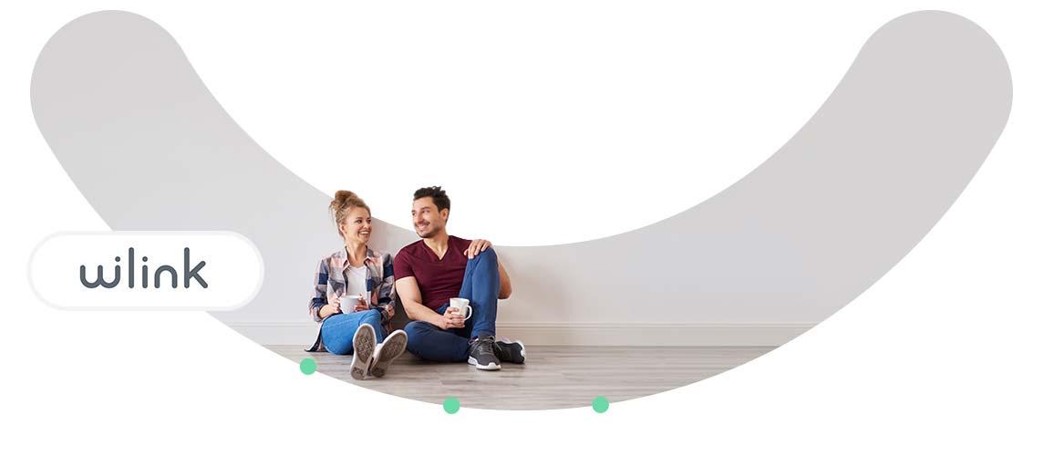 Couple assis dans leur maison - Logo Wilink