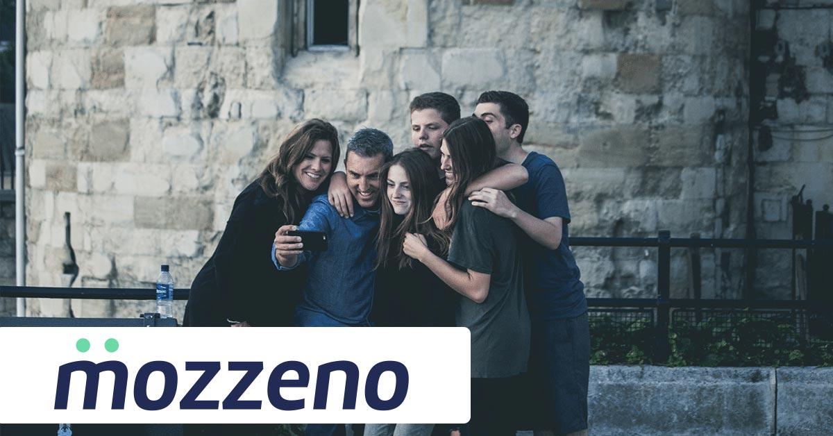 Une famille prenant une photo