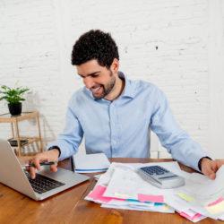 Homme cherchant un crédit personnel au meilleur taux sur son ordinateur