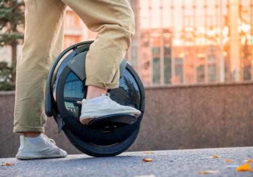 Personne qui monte sur une gyroroue, un nouveau moyen de transport