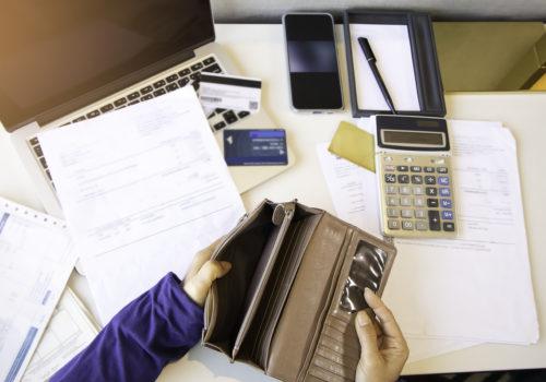 Porte-monnaie qui illustre les bonnes raisons d'opter pour la résiliation d'une carte de crédit
